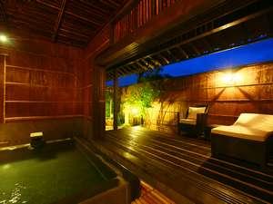 離れ「天保」の半露天風呂。来待石造りで、大きなテラスがあり、ゆっくりと美人の湯を独り占