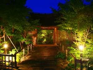 草菴玄関の茅葺の門ライトアップ風景
