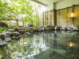 大浴場「渓谷の湯」の岩風呂。自家源泉の温泉は鬼怒川渓谷沿いでマイナスイオンを感じながら温浴できます
