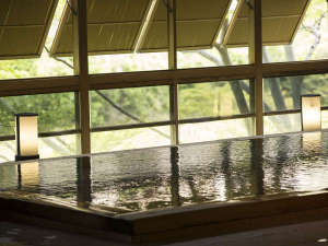 大浴場「渓谷の湯」鬼怒川渓谷沿いでマイナスイオンを感じながら、熱めとぬるめの温泉をお好みで楽しめる。
