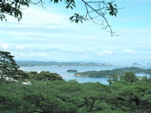 松島~松島湾に浮かぶ260余りの島々がなすその風景は、日本三景のひとつにも数えられる美しさです。