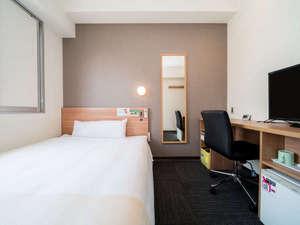 シングルルーム:140CMのワイドベッドで質の良い睡眠をお取りください