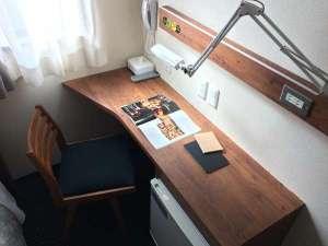 可動式照明を備え付け、全室無料Wi-Fi、一部の部屋には有線LAN利用も可能。
