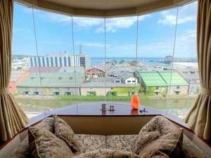 ≪特別室Aタイプ≫ソファに腰掛けるとこんな景色が望めます。天気の良い日には増毛連邦が見えますよ!