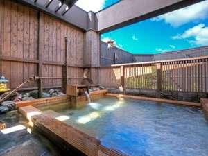 温泉大浴場〝ゆくら〟一面に広がる青空と、かすかに流れる潮風が心地よい露天風呂。
