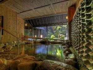 温泉大浴場〝ゆくら〟壱の湯の露天風呂からは庭を一望。瓦から流れる温泉の音が心地よいBGMです。