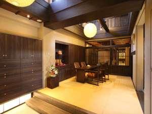 広々した土間に高い天井が特徴の玄関