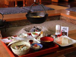 朝のほっとする朝食を囲炉裏で・・・こんな時間も普段では味わえない贅沢なひととき