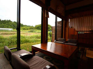 ロビーの大きな窓からも里山の四季の移ろいを楽しんで頂けます。