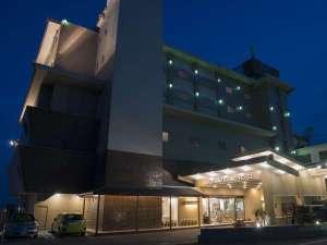 夕暮れの淡路島観光ホテルの外観写真。
