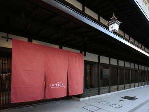 【春】四条烏丸駅徒歩5分。歴史ある町並みの中に位置し、京町屋を思わせる格子が印象的な外観
