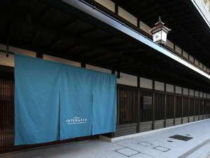 【夏】四条烏丸駅徒歩5分。歴史ある町並みの中に位置し、京町屋を思わせる格子が印象的な外観