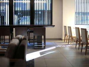 【レストラン】やわらかな朝陽が差し込むレストランでは、たのしむ朝をお届けするホテル自慢の朝食をご用意