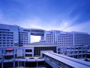駅と空港ターミナルビルに直結しています。