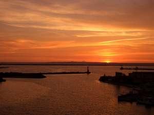 ホテルから観た水平線に沈む夕日