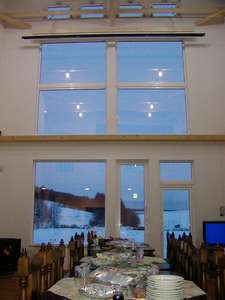 食堂ラウンジの大きな窓、雪原の向こうには雄大な十勝岳連峰が!!