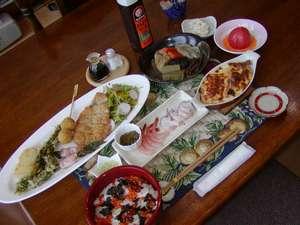 ある日の夕食(採れたての山菜やアスパラなど、地元の食材を使用した、愛妻の手作り料理)
