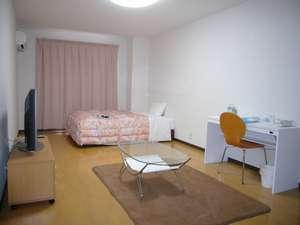 ワンルームマンションのように広々とした室内でゆっくりおくつろぎください。