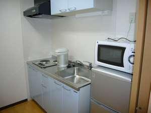 ミニキッチン付きで長期滞在にとても便利。他に洗濯機・掃除機も完備。