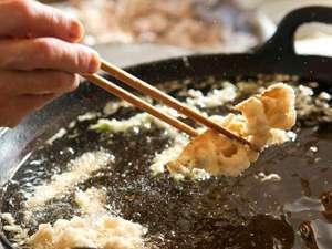 その場でカラッと揚げる天ぷらはホロホロ山荘の名物です