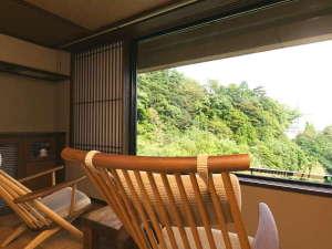 雄大な自然を仰ぐ絶景の客室。目の前には、鈴鹿連山の美しい山並みと渓谷。
