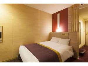 ダブルルームです。横幅140cmのベッドを備えます。