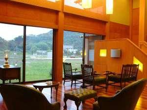 にしたにや海華のロビーの一例。 窓からはのどかな田園風景しか見れませんが、ゆっくりとお寛ぎください