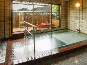 お風呂(朝と夜で交代制です)外には真っ赤な陶器風呂