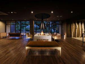 【館内ロビー】ナラ材の無垢板、手作りの山形県産くるみのテーブル、アンティーク家具などの森の音空間