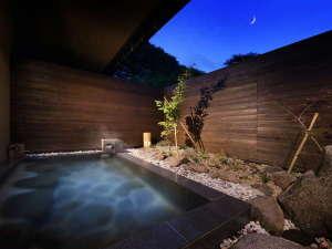 【月/露天風呂】中庭にいる虫たちの音色を聴き、風を感じ、星を眺めながらご入浴ください。
