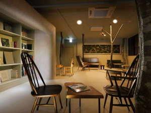【2階広場】全体的に白を基調とした共用スペース。本物のブナの木に触れたり、ゆっくり読書がおすすめです
