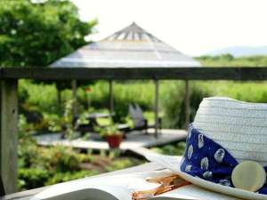 自家菜園「ポタジェ」やのんびりできるベンチが点在するガゼボでのんびり読書も良いですよ