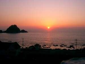 客室のベランダからは、夕日に染まる白山島、日本海を一望できる。
