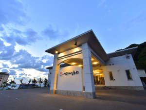 日本の夕日百選にも選ばれている由良浜の絶景。橙色に染まる海は感動的