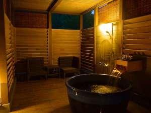 森の中の露天プレミアム4ベッドスイートは源泉掛け流しの美肌の湯を自然の景観と共に露天で楽しめます