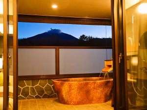 テラス露天プレミアムルームは源泉掛け流しの美肌の湯を浅間山の眺望と共に楽しめます(一例)