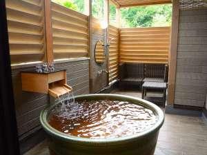 森の中の露天プレミアムスーペリアツインは源泉掛け流しの美肌の湯を自然の景観と共に露天で楽しめます