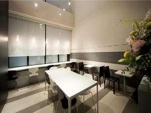 2階まで吹き抜けの大きな窓のサロンスペース。朝食はこちらでご用意いたしております。