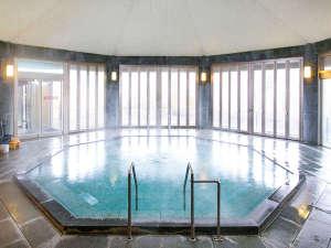 【龍翔の湯】光と風をイメージした、開放感のある八角形のお風呂です。