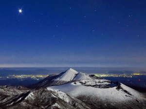 ≪霧島山≫鹿児島県と宮崎県にまたがり、四季折々の表情豊かな景色が魅力。