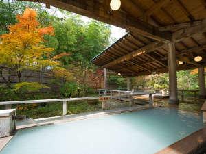 オリエンタルガーデン大浴場「湯処ひのき」総檜造りと硫黄泉、四季を感じる静かな景観が人気
