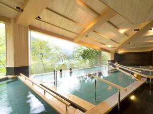 新大浴場『棚湯』開放感溢れる三段の棚湯からは黒部峡谷を一望できます。