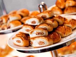 「エクラ」の店内からも調理風景を見ることができるベーカリーから焼きたてのパンが並びます