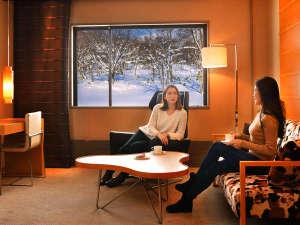 """大自然に囲まれた""""マウンテンリゾート""""あたたかな北欧調のゲストルームから見るニセコの雪景色は格別"""