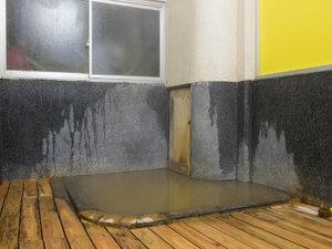 *[浴場/男湯]24時間入浴可能!豊富な湯量と湯船を覆う湯の花、鉄臭の茶褐色の伊香保名物「黄金の湯」
