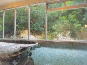 四季折々の渓流美を望む洞窟風呂