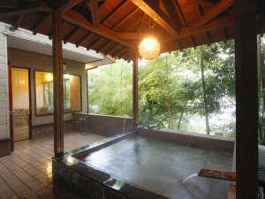 富士見屋の内湯は、露天風呂付きです。本館からは、離れ山荘|珍竹林の前を通過してお進みください。