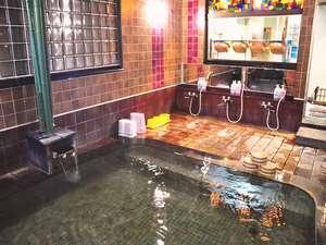 女性用大浴場です。ナトリウム-炭酸水素塩・塩化物泉の「美肌の湯」で日によって湯色がかわることも