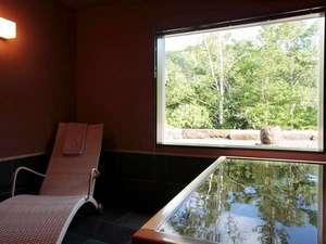 【貸切風呂】定山渓の森の緑を望む貸切風呂。心も体もリラックスしてください。