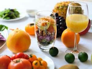 酵素ドリンクの効果も兼ね備えたジュースと、15種類以上の穀類と野菜を使用したパワーサラダの朝食。